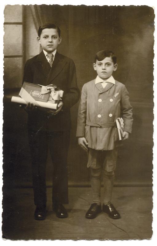 Moczek (à gauche) et Peysach Psankiewicz recevant leur prix d'excellence (28 juillet 1933). Archives familiales