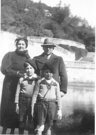 Henoch Adamsbaum, son épouse Lisa et leurs deux fils Albert et Jacki (sd 1937?, sl). Archives familiales