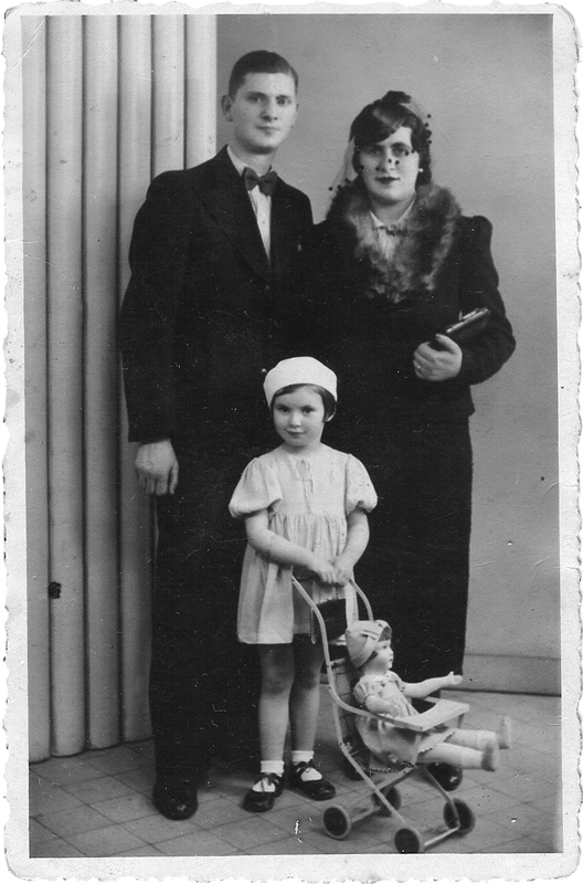 Hélène Bezbrody et ses parents Tojwie et Renée (1937). Archives familiales