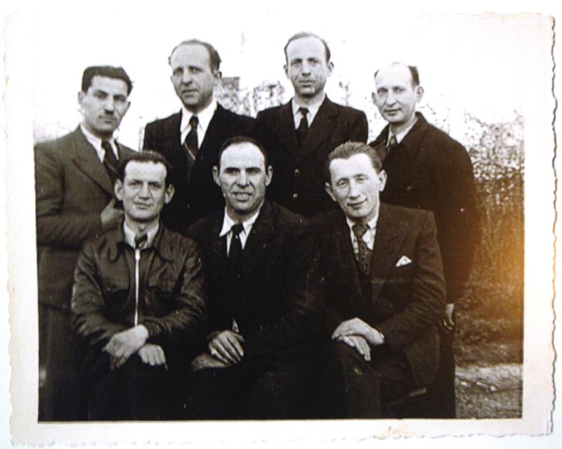 Groupe d'internés au camp de Beaune-la-Rolande (14 avril 1942). Zalman Bild est assis au milieu, Abram Trojanowski est le premier debout à droite. Archives familiales