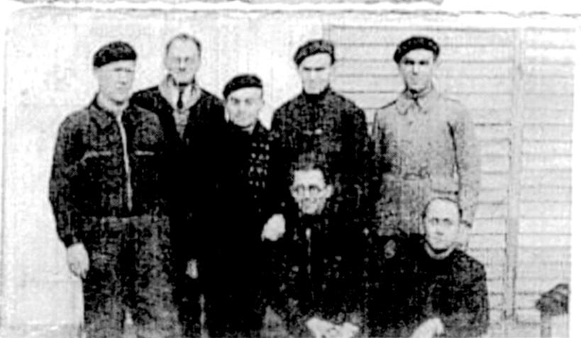Au camp de Beaune-la-Rolande. Efraïm Buch est assis à gauche, il porte des lunettes (12 décembre 1941). Archives familiales
