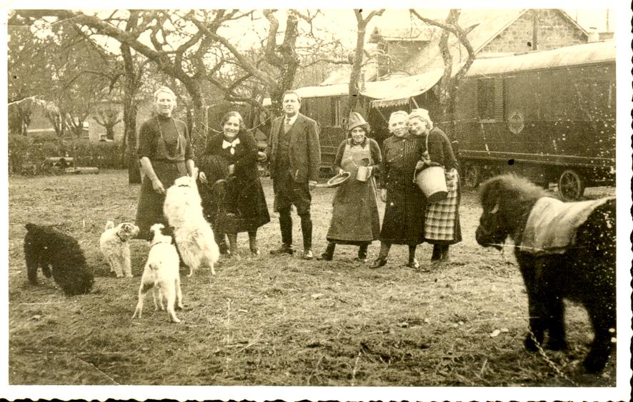 De droite à gauche, Louise Cohen, Henriette Cerf, Babette Cohen, Joseph Cohen et Rosa Cerf (21 mars 1940, Saint-Georges-des-Groseillers (Orne)) Archives familiales