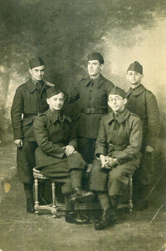 Cinq soldats, tous camarades au Bund. Aron Falcman, debout au centre, pose sa main sur l'épaule de Mendel Gliksman (1939-1940, sd, sl). Archives familiales