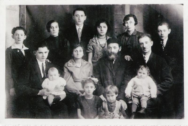 À Varsovie. Szloma Gorfinkel est au dernier rang, le 3e en partant de la gauche (sd). Archives familiales