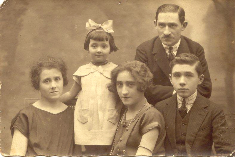 La famille Hochberg à Varsovie, dans les années 1920. De gauche à droite, Doba, la mère, Mathilde, Rose, Leybko, le père, et Jankiel. Tous, parents et enfants, ont été déportés de France. Archives familiales