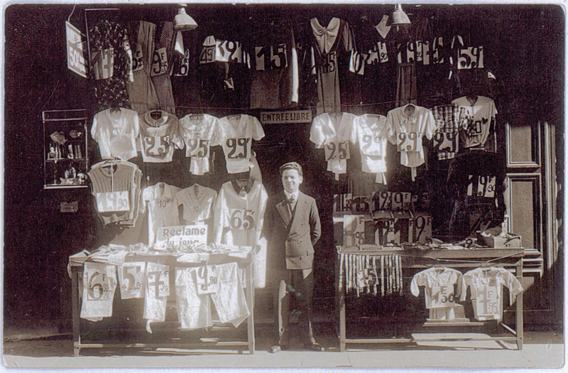 Moszek Jakobowicz devant sa boutique, 46 rue du Temple à Paris (1940 ou 1941, sd). Archives familiales