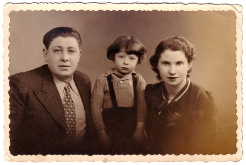La famille Jeger: Szmul et Pesa, enceinte de Pauline, et leur fils Jacques (février 1940). Archives familiales