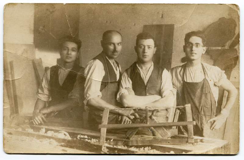 Chaïm Kac, 2e en partant de la droite, dans son atelier en Pologne (sd). Archives Germaine Kac-Mélikian