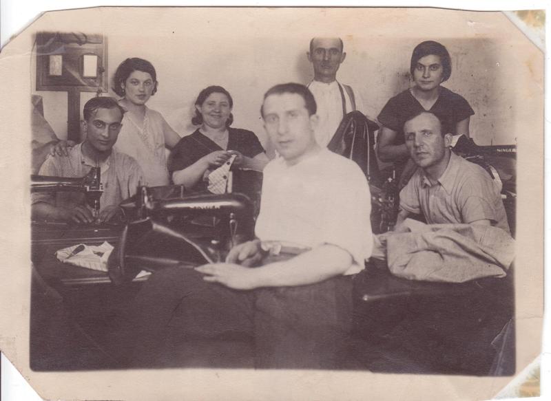 Pinkas Kaliksztajn au 1er plan dans un atelier de tailleur (sd, sl). Archives familiales