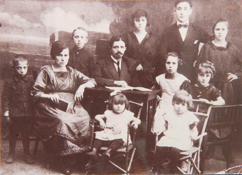 La famille d'Esther Berger (la mère de Serge Kantorowicz) en Pologne (12 juin 1912). Esther est assise au 1er plan, sur un fauteuil à gauche. Sa mère est décédée en France. Mémorial de la Shoah/Coll. Serge Kantorowicz