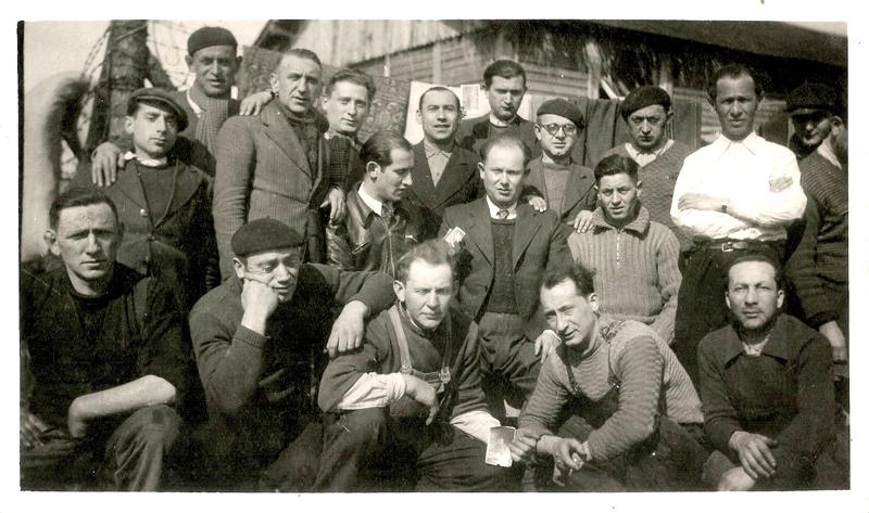 Au camp de Pithiviers, Abraham Kreps est au 2e rang, le 1er debout à gauche, avec la casquette (entre mai 1941 et juin 1942, sd). Archives familiales