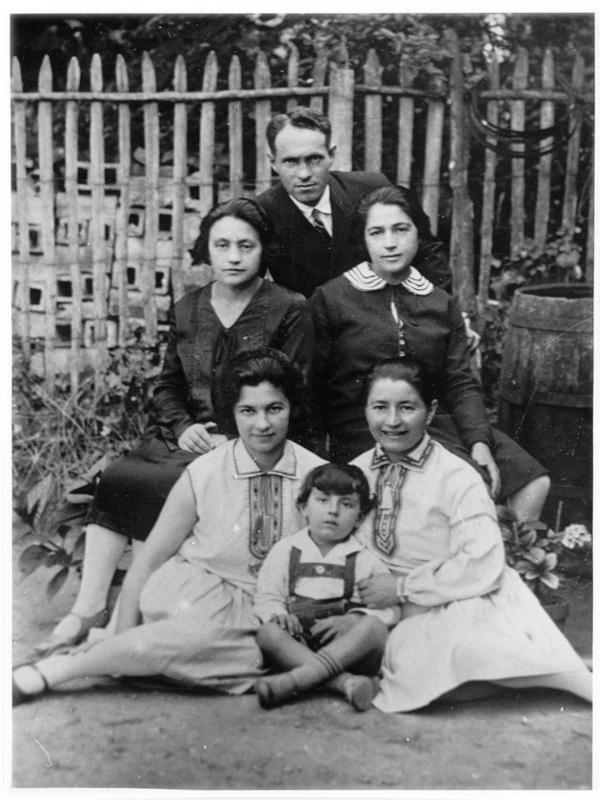 La famille Levinsky. Dan est assis par terre, sa mère Léa est au 2e rang à gauche et son père Jacob est au dernier rang (sd, sl). Archives familiales