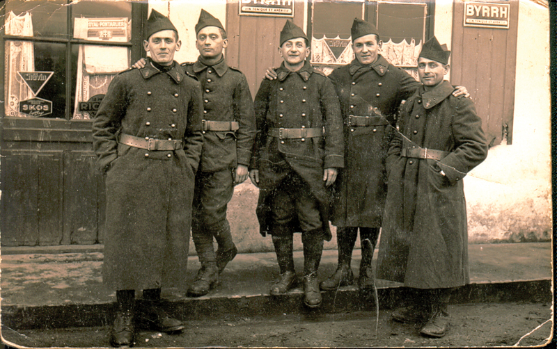Leizer Miliband (au centre), engagé volontaire à Barcarès en 1940. Archives familiales