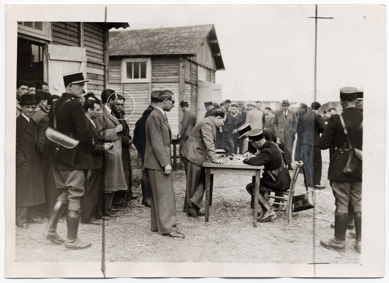 L'enregistrement au camp de Pithiviers : Abraham Mlotek attend son tour (photo de presse, 16 mai 1941). Collection Musée de la Résistance nationale - Champigny-sur-Marne