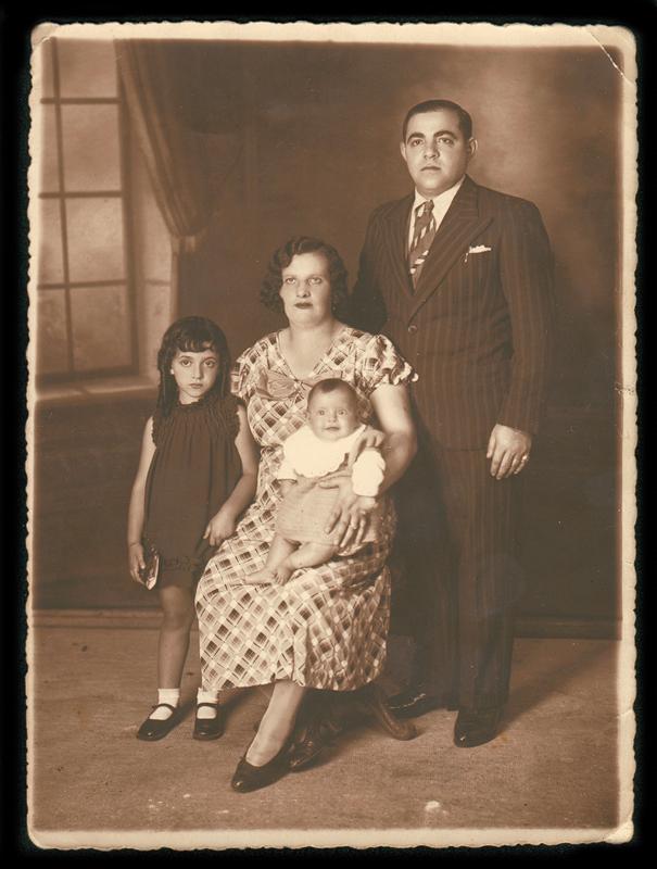 De gauche à droite, Louise, Gitla et Rachel (née en 1934) sur les genoux de sa mère, et Abram (sd, sl). Archives familiales