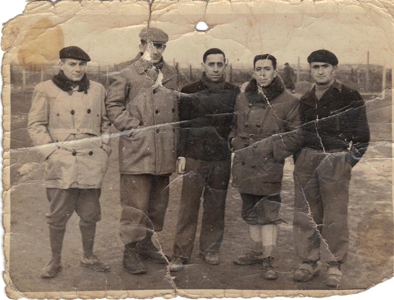 Au camp de Beaune-la-Rolande. Joseph Szajn est le 2e en partant de la droite (janvier 1942, sd). Archives familiales