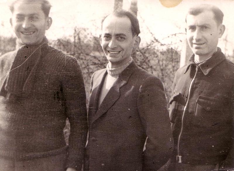 Au camp de Beaune-la-Rolande, de gauche à droite, Chil-Yankel Sztal, Yankel Michalowicz et Moische Sztal (entre mai 1941 et juin 1942, sd). Archives familiales