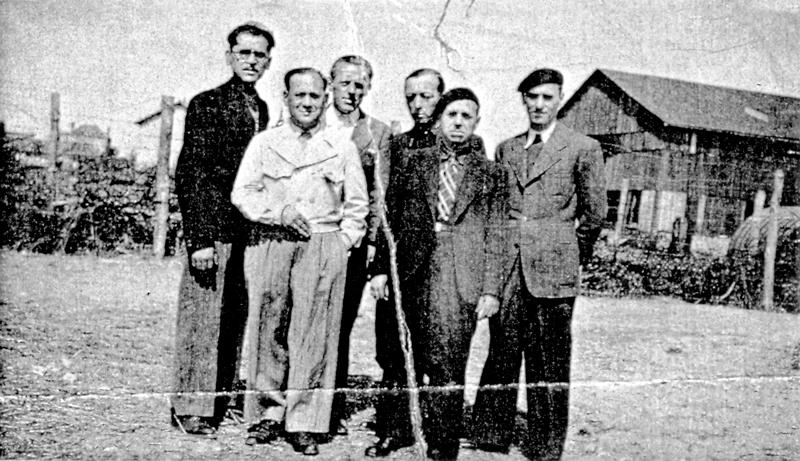 Au camp de Pithiviers. Paul Waitman est le 3e en partant de la droite (entre septembre 1941 et juin 1942, sd). Archives familiales