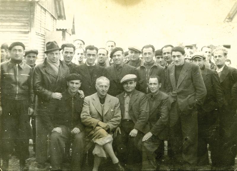 Au camp de Beaune-la-Rolande. Mordka-Rafal Wisniewski est au 2e rang, le 3e en partant de la droite, il porte un béret (20 novembre 1941). Archives familiales
