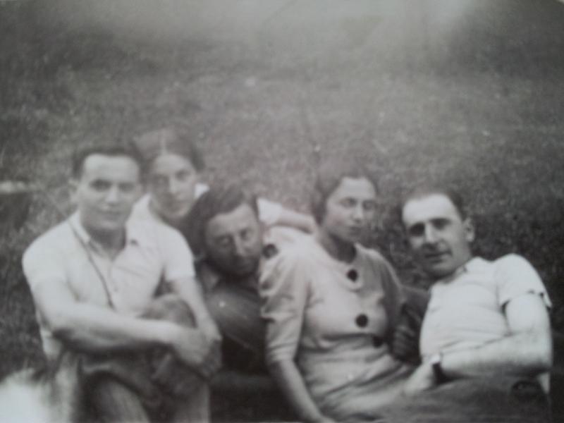 Une sortie entre amis. Abraham (dit Joseph) Dymetman et sa femme Rosa (Ruchla) sont à droite (sd, sl). Archives familiales
