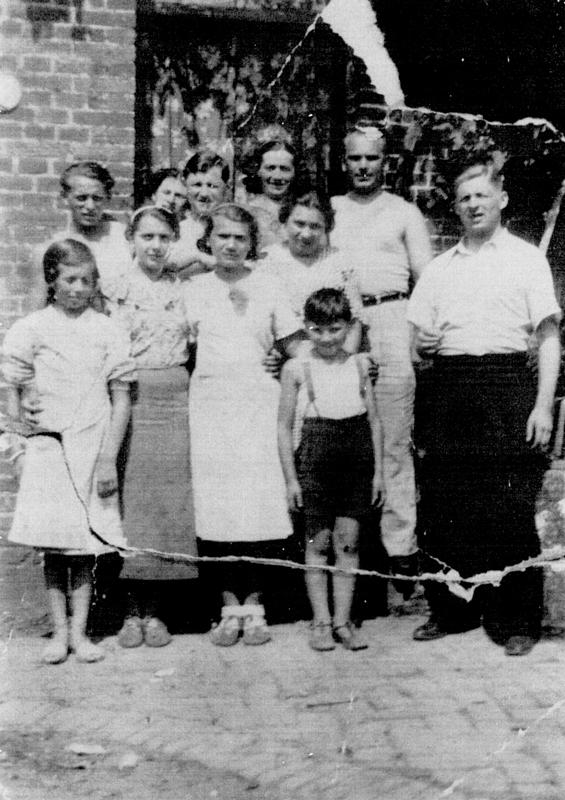 Entre amis dans l'Oise. À droite, Max Lissek, puis Israël Ernst et sa femme Bayla. Au 1er rang, la 3e en partant de la gauche est Marie Ernst, sœur d'Israël (vers 1938, sd). Archives familiales