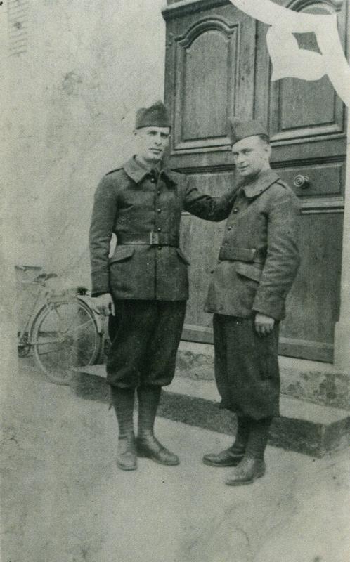 Aron Falcman, soldat, pose sa main sur l'épaule de Mendel Gliksman (1939-1940, sd, sl). Archives familiales
