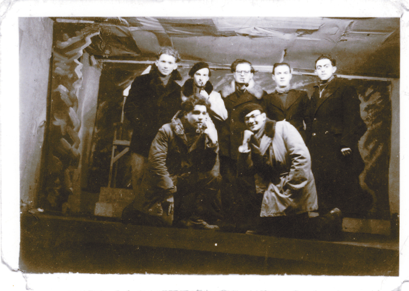 Au camp de Pithiviers, le théâtre. Jules Geller est debout, le 2e en partant de la gauche, avec Henri Brauman (à sa droite). Archives familiales