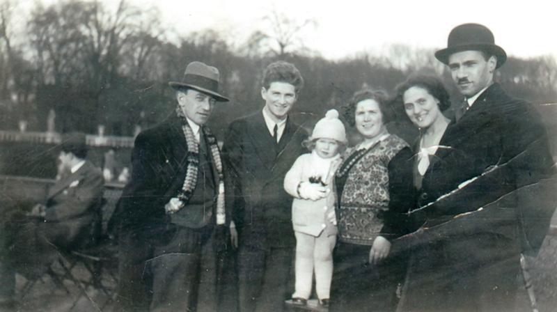 Zygmunt (Szmul) et Sarah Jungchauz entourent leur petite fille Berthe (sd, sl). Archives familiales