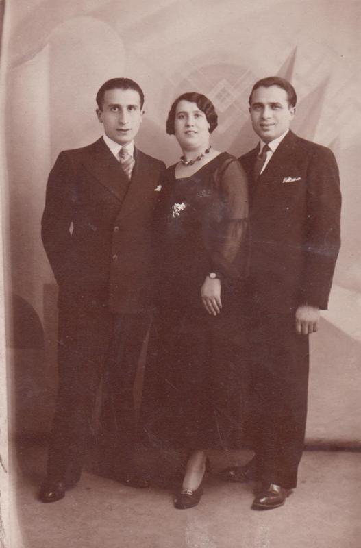 De gauche à droite, Pinkas Kaliksztajn, son épouse Sarah et son frère Leib Kaliksztajn en 1932. Archives familiales