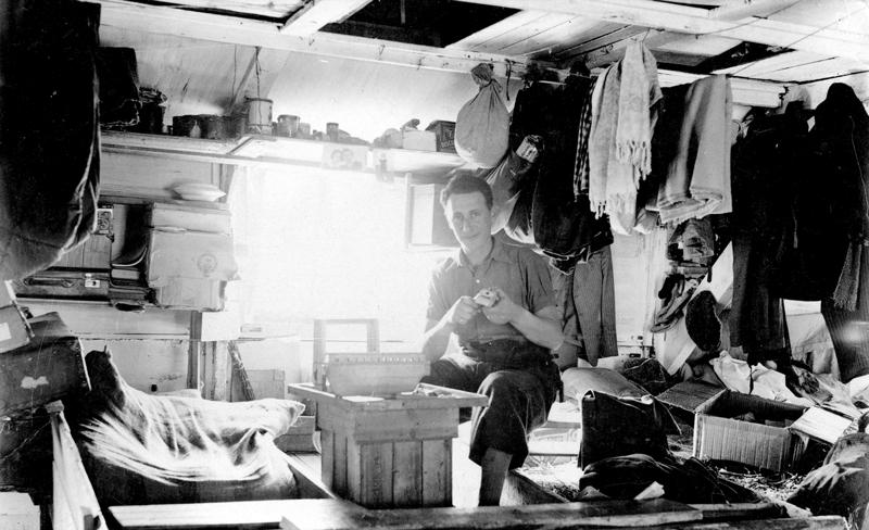 Au camp de Pithiviers. Mosze Kaluski fabriquant un bateau en bois (entre mai 1941 et juin 1942, sd). Archives familiales