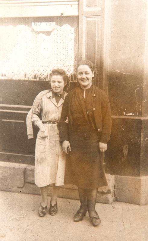 Esther Berger en 1939 (en blouse blanche à gauche) avec une camarade devant l'usine Wonder de Saint-Ouen (ou Bagnolet). Mémorial de la Shoah/Coll. Serge Kantorowicz