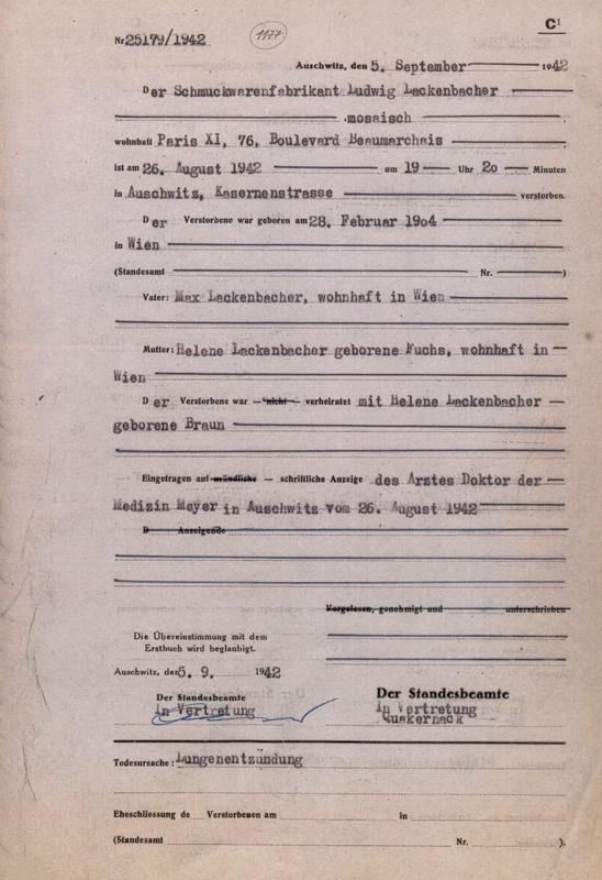 Formulaire rempli au camp d'Auschwitz. Acte de décès de Ludwig Lackenbacher, selon lequel il serait décédé d'une pneumonie. Archives du Musée d'Auschwitz
