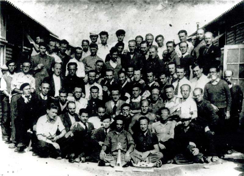 Au camp de Beaune-la-Rolande. Wolf Lajzerowicz est le 1er en partant de la droite, au 2e rang, assis par terre, avec la casquette (entre mai 1941 et juin 1942, sd). Archives familiales