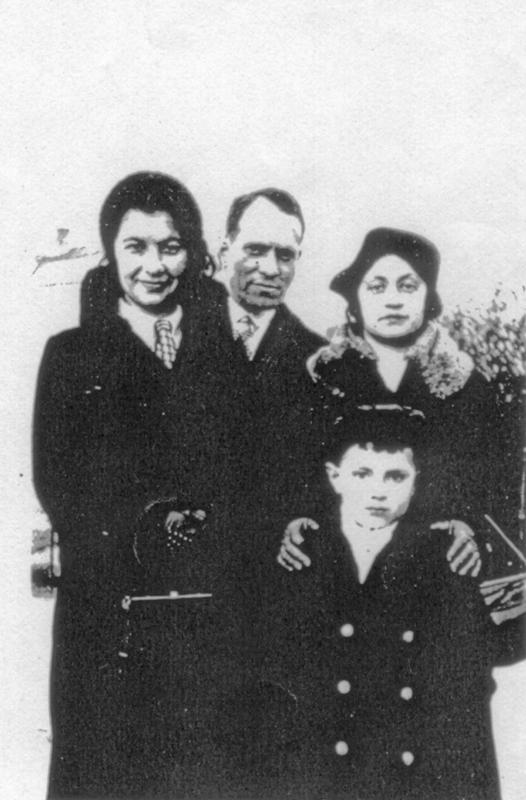 La famille Levinsky. Dan et ses parents, Jacob et Léa, sont à gauche (sd, sl). Archives familiales