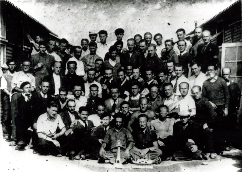 Au camp de Beaune-la-Rolande. Szmul Przyszwa est assis au 3e rang, le 2e en partant de la gauche, avec une cravate (entre mai 1941 et juin 1942, sd). Cercil / fonds AADJF