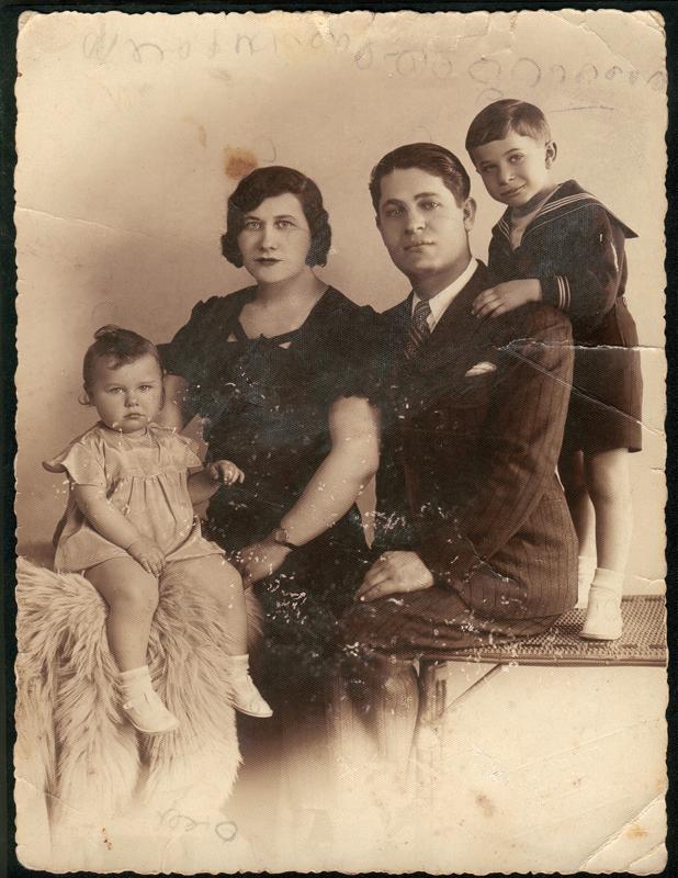 Denise (née en 1932) et Léon (né en 1929) avec leurs parents Tyla et Gimpel Sas (sl, sd). Archives familiales