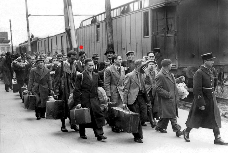 Photographie de presse prise à Austerlitz, le 14 mai 1941, alors que les hommes arrêtés le même jour sont transférés à Pithiviers et Beaune-la-Rolande. Albert Schlanger, sous le point rouge, fixe l'appareil. Collection Musée de la Résistance nationale - Champigny-sur-Marne