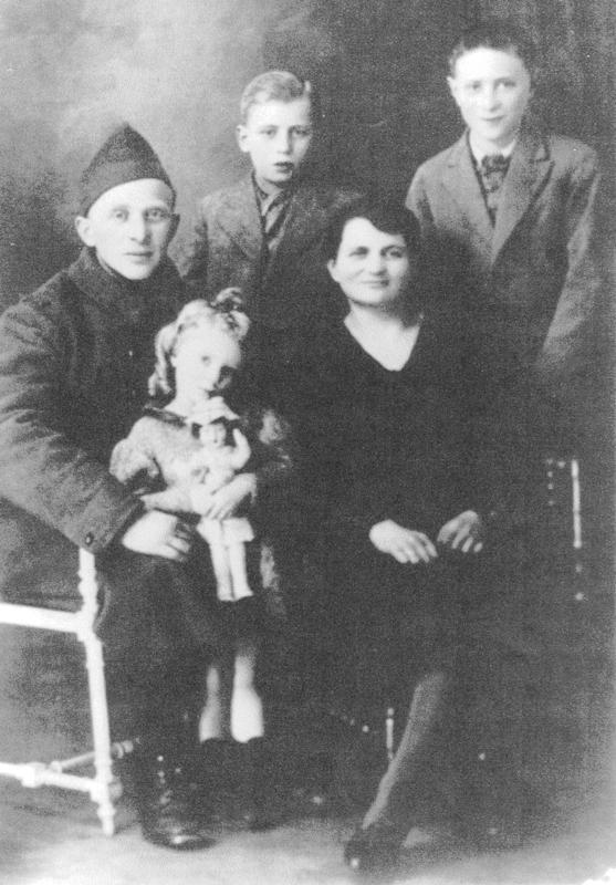 Strul Mendel Stal (en uniforme) et son épouse Liba, avec leurs enfants, Albert, l'aîné (à droite), Salomon et Margot (1939 ou 1940, sd). Archives familiales