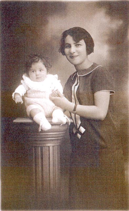 Sylvaine Steinbock (bébé, née en 1926) et sa grande sœur Marcelle (sd, sl). Archives familiales