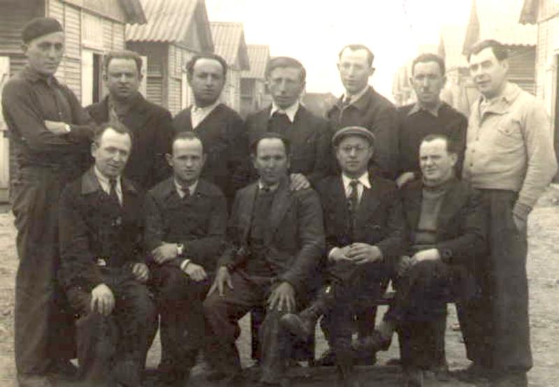 Au camp de Beaune-la-Rolande. Joseph Szajn est debout au 2e rang, le 2e en partant de la droite (avril 1942, sd). Archives familiales