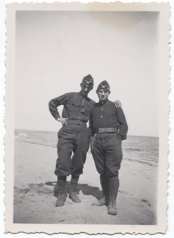 Nuta Szister (à gauche) avec son beau-frère Lutek Grynbaum, tous deux engagés volontaires, à Barcarès en 1940. Archives Jacqueline Bismuth-Szister / TDR Cercil