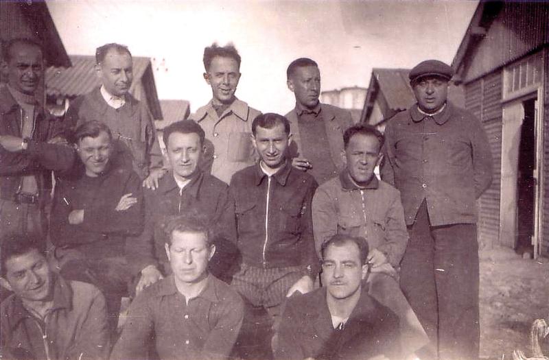 Au camp de Beaune-la-Rolande. Yankel Michalowicz est le 1er à gauche debout ;  Chil-Yankel Sztal est assis au 1er rang, à gauche; Moische Sztal est au 2e rang, le 2e en partant de la droite; Ycek Sztal est au 1er rang, au milieu(entre mai 1941 et juin 1942, sd). Archives familiales