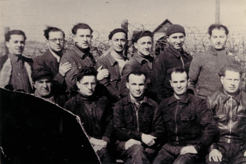 Au camp de Beaune-la-Rolande. Ycek Sztal est assis à droite; Yankel Michalowicz est debout au milieu du 2e rang; Chil-Yankel Sztal est debout, le 1er à droite; Moische Sztal est debout à côté de Chil-Yankel (entre mai 1941 et juin 1942, sd). Cercil / fonds AADJF