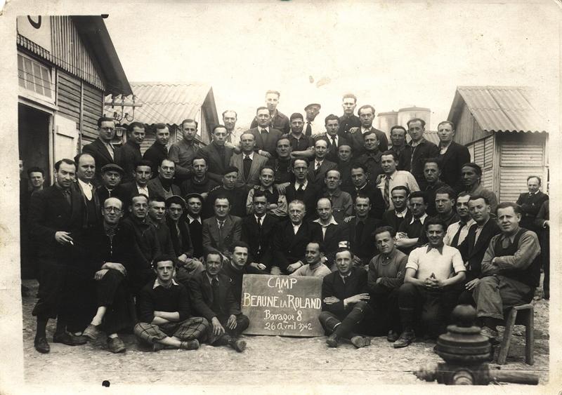 Au camp de Beaune-la-Rolande, internés de la baraque 8. Mordka-Rafal Wisniewski est au 4e rang, le 6e en partant de la gauche (26 avril 1942). Archives familiales