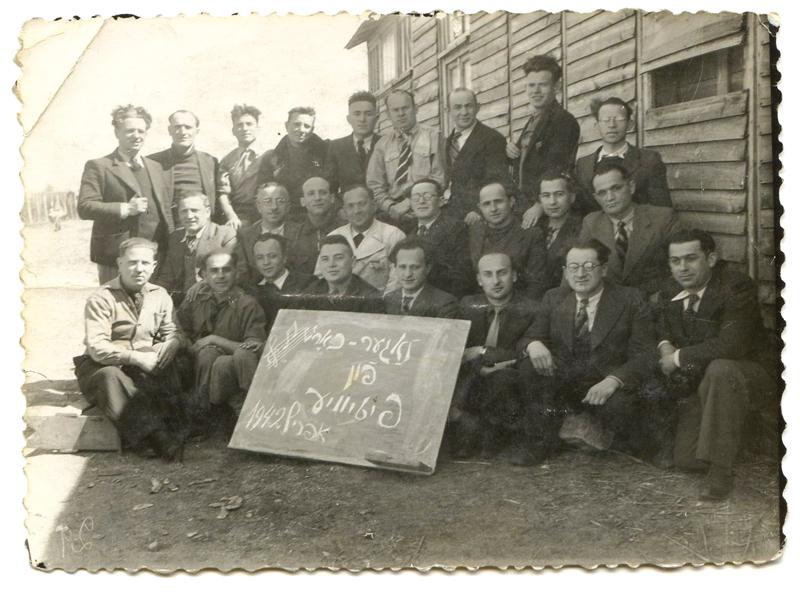 La chorale du camp de Pithiviers, en avril 1942. Au 2e rang, Mendel Zemelman, auteur du chant de Pithiviers, en blanc, avec cravate. Ojzer Kawka (avec les lunettes)est juste à côté de lui. Chaïm Goldsztajn est le 1er à gauche, même rangée. Archives familiales