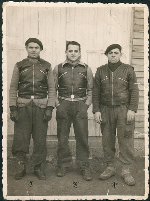 Au camp de Beaune-la-Rolande. De gauche à droite, Leiba Bekier, Moszek et Abram Psankiewicz (18 janvier 1942). Archives familiales