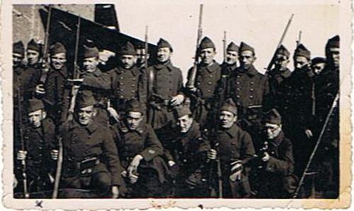 Josek-Haïm Bender (en bas, premier à gauche), engagé volontaire dans le 21e RMVE (sd, sl Barcarès?). Archives familiales