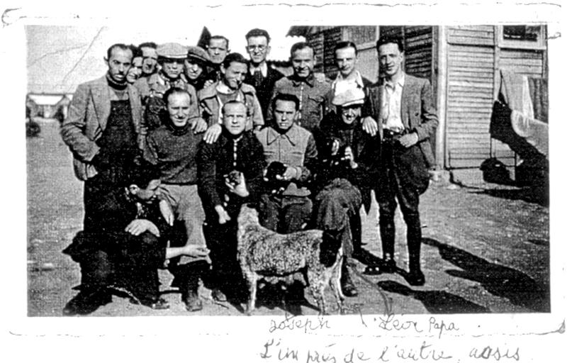 Groupe d'internés du camp de Pithiviers. Luzer Biglaizer est assis à droite, avec une casquette (entre mai 1941 et juin 1942, sd). À côté de lui, son frère Joseph. Archives familiales