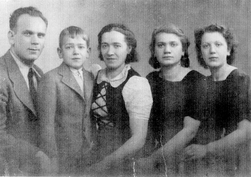 La famille Ernst, de gauche à droite, Israël, Marcel, Bayla, Bina et Myriam (Marie) (sd, sl). Archives familiales