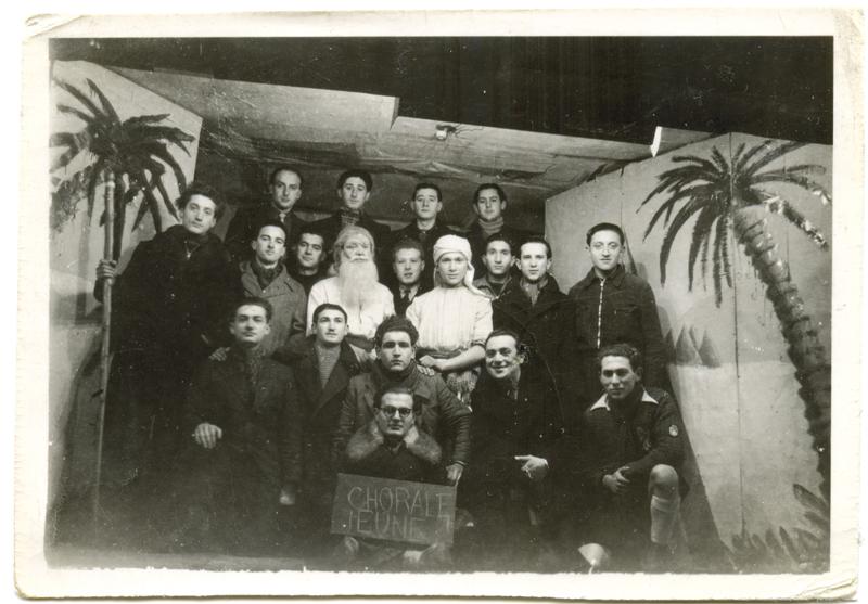 Au camp de Pithiviers, la chorale des jeunes. Jules Geller est le 2e en partant de la gauche, au 3e rang. Au 1er rang, tenant la pancarte, Arnold Zylberstein. Avec le turban, Henri Brauman. Archives familiales